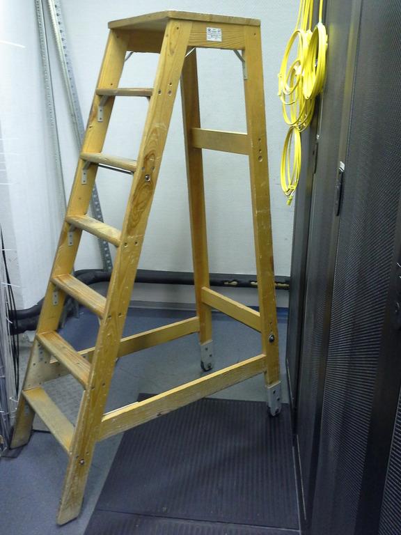 Приставная лестница деревянная с площадкой